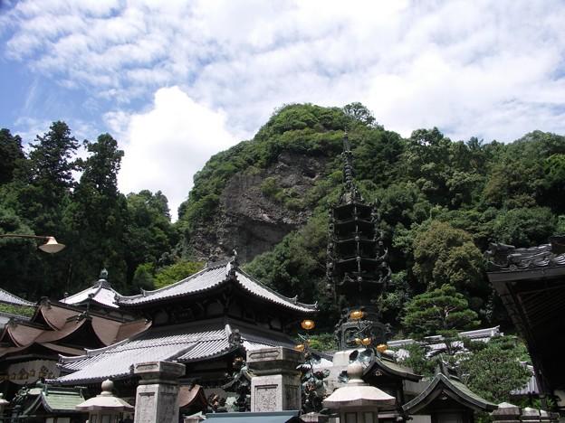 巨大な岩山を背景に:宝山寺20