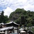 写真: 巨大な岩山を背景に:宝山寺20