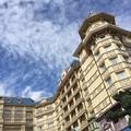 写真: 青空に映える:ホテル17