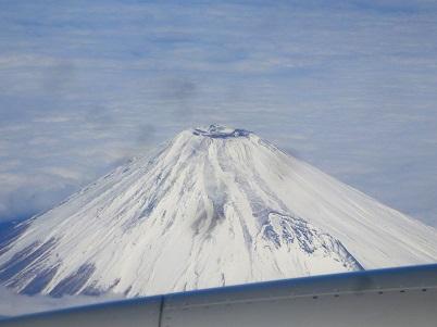 写真: 飛行機からの富士山