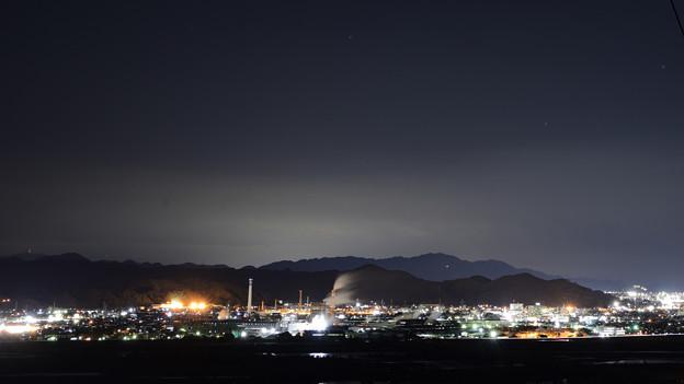 工場の煙と夜景