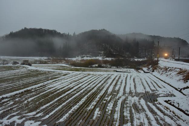 霧にかすむ山里