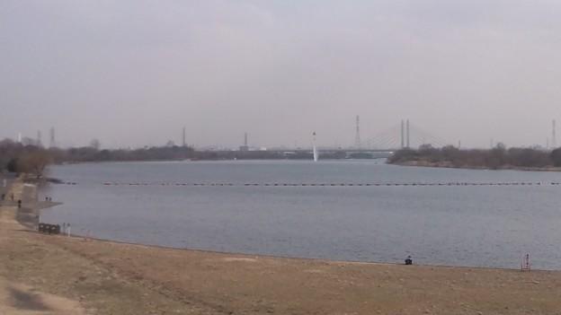 西浦和か戸田あたりで消防ヘリが散水の練習してる。