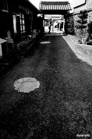 門のある道