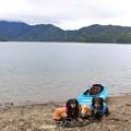 写真: 本栖湖とカヤックをバックに