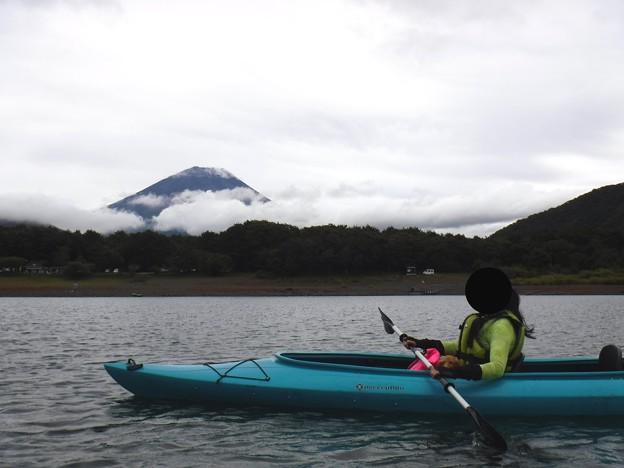 富士山をバックに