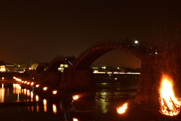 篝火に浮かぶ錦帯橋