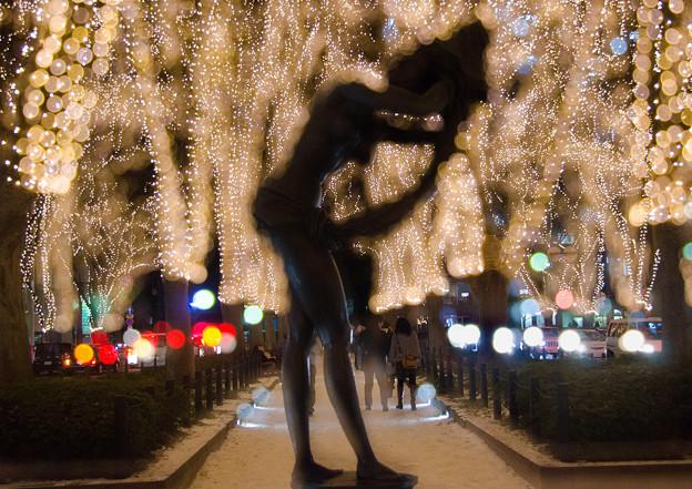 光を浴びる女性像