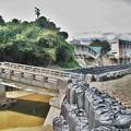 写真: 曲がった橋落ちた校舎