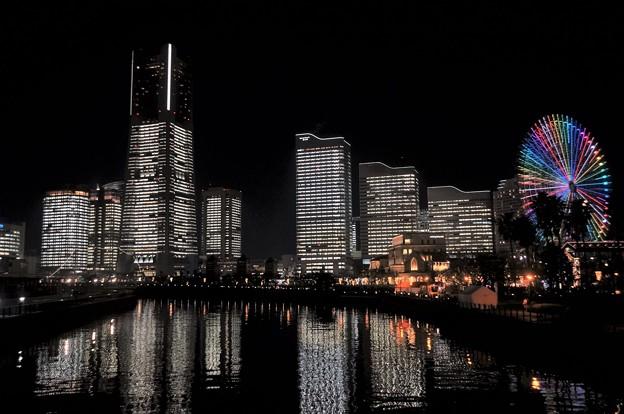 写真: オフィス全館点灯