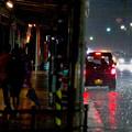 写真: 降りしきる雨の舗道