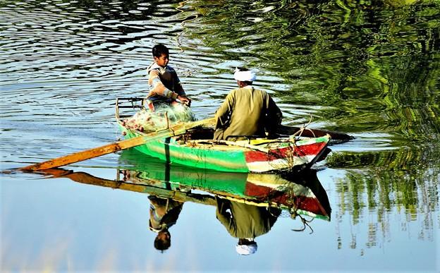 川で漁をする親子
