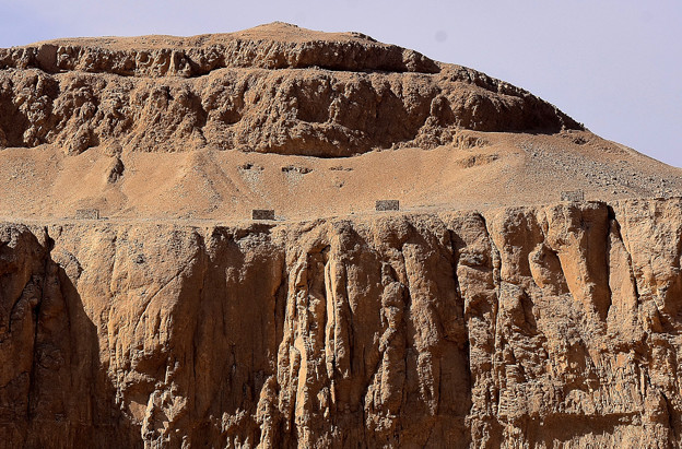写真: どこかに王家の岩窟墓が・・2)