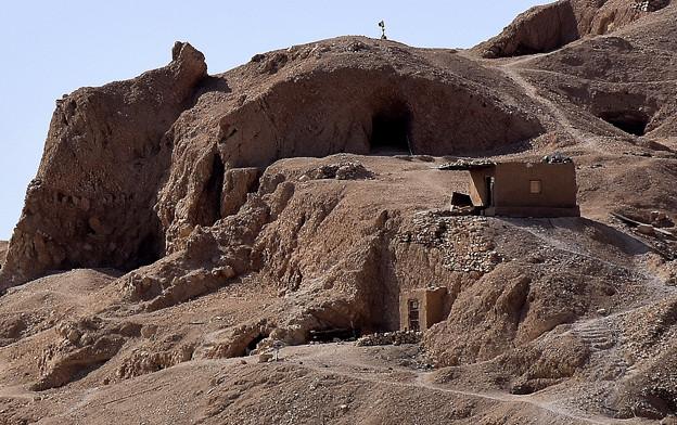 どこかに王家の岩窟墓が・・4)