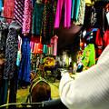 写真: 路地にある市場
