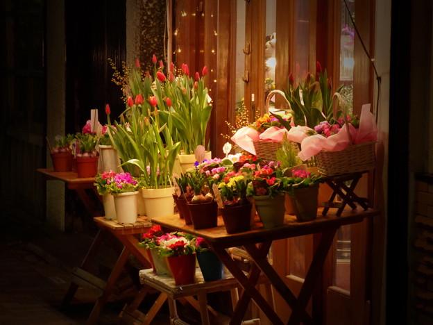 Photos: 週末夜の花屋さん