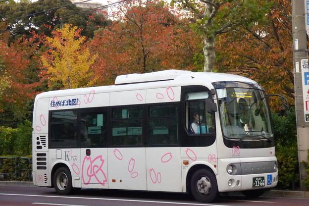 写真: 「秋色」の中でも「春色」カラーで走る北区コミュニティバス『Kバス』