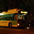 夜の東京タワー前停留所に停まる都バス
