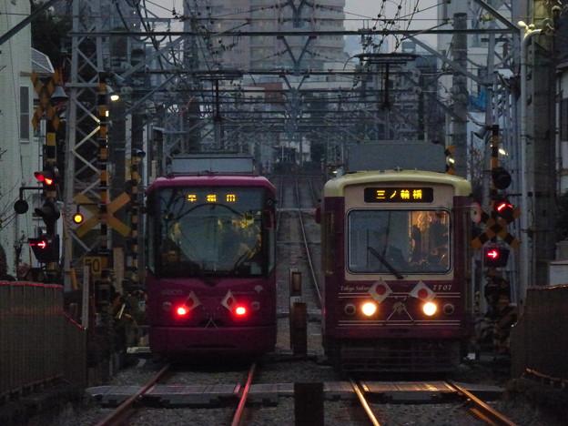 Photos: 祝日の夕暮れ時の離合シーン