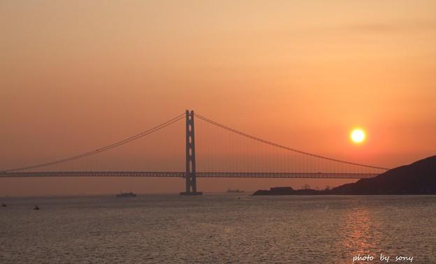 朝日に浮かぶ明石海峡大橋