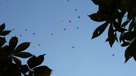 空に消えていく七色の風船
