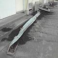 写真: 【新燃バスプロ携帯より】高原町民体育館の雨樋が火山灰の重みで壊れ...
