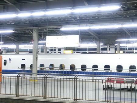 夜の東海道新幹線の新大阪駅