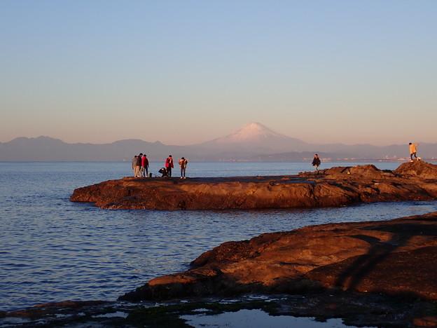 朝日に照らされる富士山