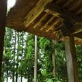 写真: かやぶき屋根の下で