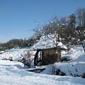 写真: 雪の水車小屋