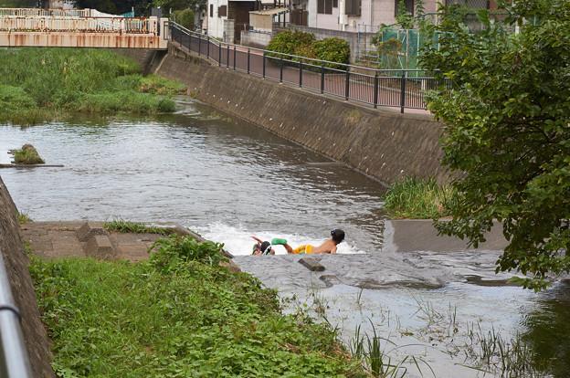 写真: 川遊び