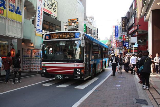 Photos: 吉祥寺駅公園口の繁華街を徐行 小田急バス 11-A9317