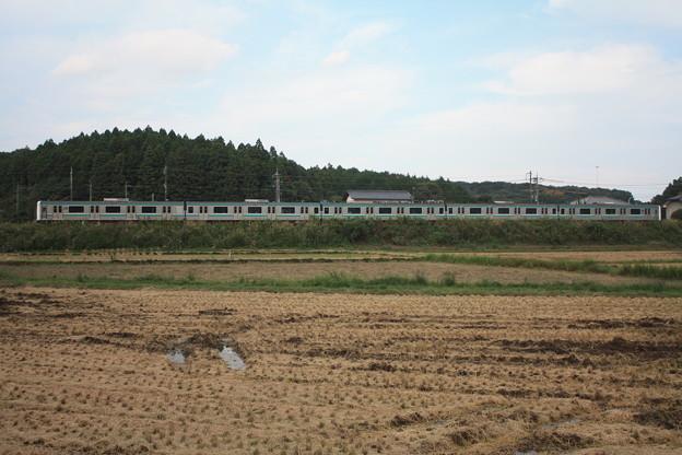 稲刈り後の田んぼを行くE501系 (4)