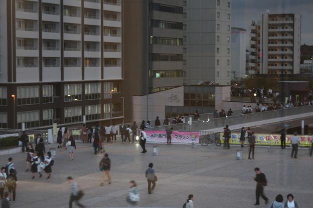 安倍首相の街頭演説で集まる人たち
