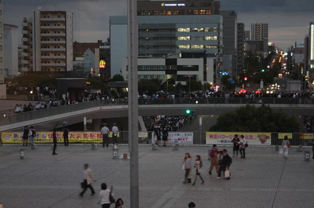 安倍首相の街頭演説で集まる人たち (1)