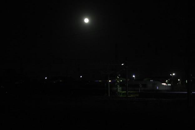写真: 十五夜の月をバックに友部駅を通過するE657系回送