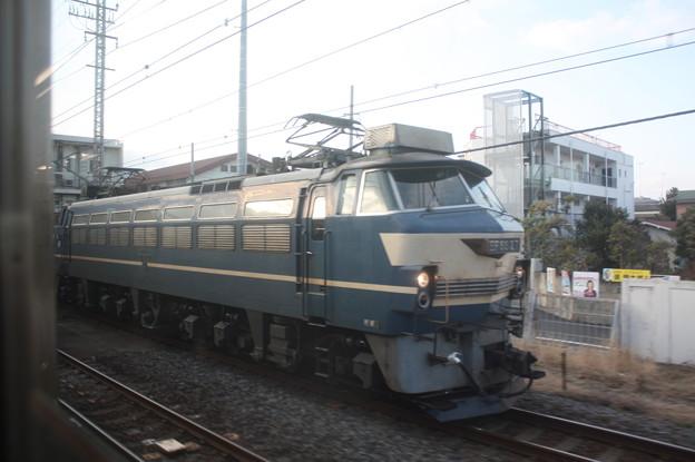 東海道線普通電車の車内から見るEF66 27 (1)