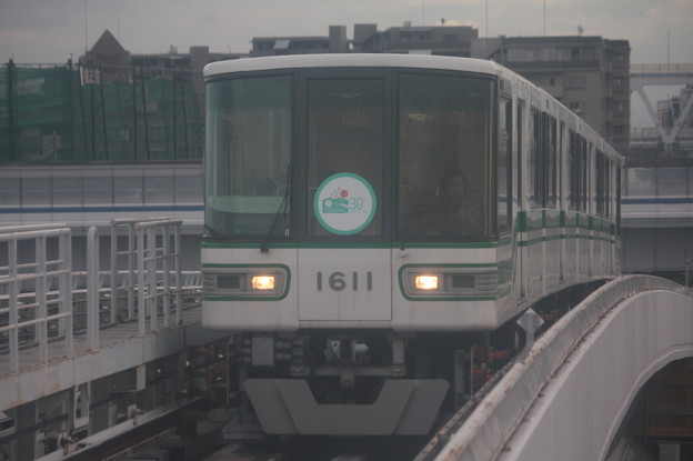 神戸新交通六甲ライナー 1000形1111F 「六甲アイランド30周年」ヘッドマーク付き