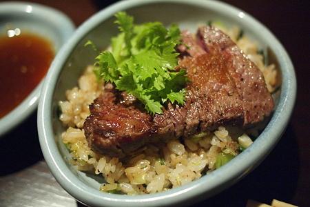 牛肉の乗ったガーリックご飯はヤバイ