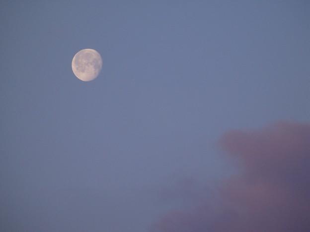 朝の月と雲と