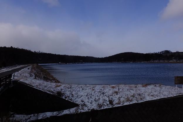 女神湖に存在する女神様もあまりの寒さに下界にホッカイロを買いに出掛けた