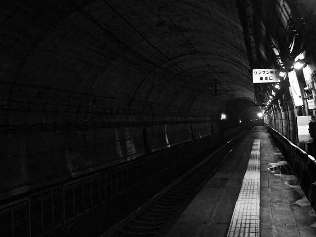 暗闇の中の地下駅