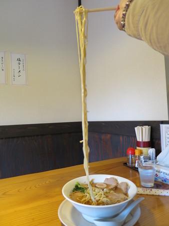 にぼし醤油らーめん 神楽屋 煮干チャーシューメン ストレート麺の長さの様子