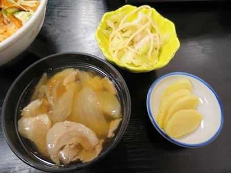 豊岡精肉焼肉店 ホルキム丼(期間限定) 副菜の様子
