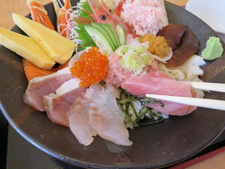 越後海鮮どん屋 海鮮丼 特上 盛り付けの様子