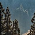 写真: 山間の景色