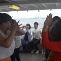 写真: 船上パフォーマンスに参加!