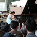 写真: ピアノ小黒亜紀さんの演奏