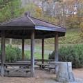 写真: 子供たちのいない公園の東屋
