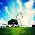 写真: 青空と白雲と観覧車